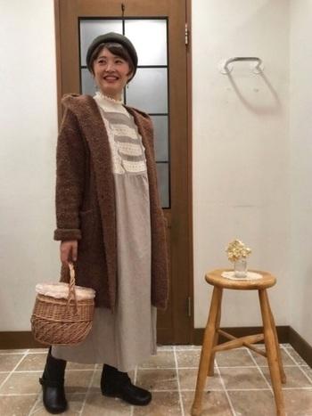 自然なブラウンカラーは、かごバッグが持つ特徴のひとつ。その色を全身に広げるように、洋服にもナチュラルブラウンを多用して。まとまりのある、飾らない着こなしが完成します。