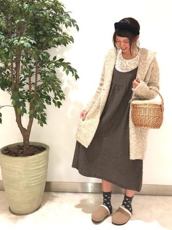 ブークレのカーディガンに、ぷっくりとした丸みがキュートなスリッポン。そんなリラックス感のある装いには、やっぱりコージーなかごバッグがハマります。