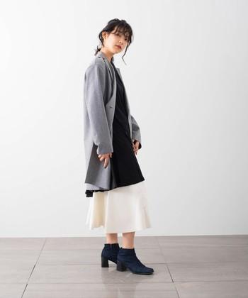 どうしても色使いがダークになってしまう冬。けれどホワイトのニットスカートを投入すれば、着こなしに寒々しくない爽快感が備わります。
