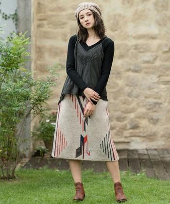 民族調な色柄が印象的なニットスカート。その持ち味を活かして、ナチュラルなフォークロアルックに仕上げましょう。