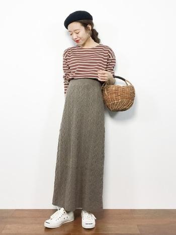 ケーブル編みがノスタルジックなムードを底上げ。ニュアンスのあるオートミールなら、肌馴染みも◎。