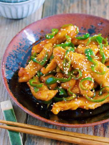 青椒肉絲風と見せかけて、味付けは麻婆風。焼肉のたれとラー油の合わせ調味料で、手軽に奥行きのある味に。鶏むね肉を柔らかく仕上げるコツも必見です。