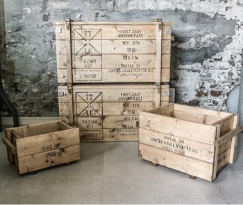 コンテナボックスのような木箱は、サイズに合わせて野菜や工具などをざくざく入れるのが、男前インテリア風でおしゃれ。側面に持ち手がついているので持ち運びも便利な収納グッズです。