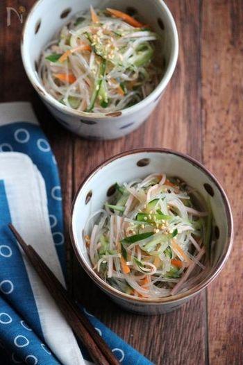 めんつゆとポン酢の1:1でばっちり決まる、覚えやすい春雨サラダのレシピ。あっさりさっぱり、ちょっと和風な味付けになりますよ。