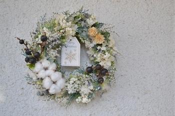 リースは玄関のドアや壁など、いろんな場所に飾りやすいのが魅力。ドライな質感が冬のインテリアにしっくりと馴染んでくれます。タタリカやコットンなど、白の植物を多めに使うことで冬らしい雰囲気が増しますね。