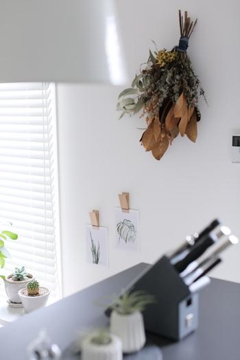 ドライフラワーのスワッグは壁に飾るだけで、冬っぽさを演出できます。白の壁にブラウンがよく映えて、お部屋のいいアクセントになっていますね♪
