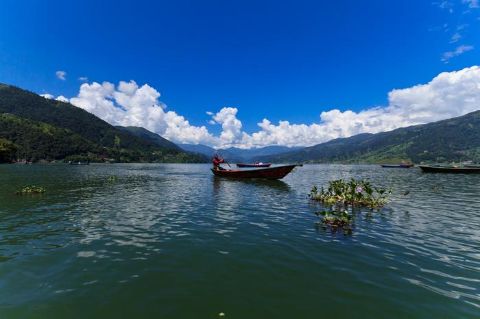 そのカトマンズから西へ約200kmのところにあるポカラ。ポカラという地名はネパール語で湖を意味する「ポカリ」から来ており、その地名の通りにポカラにはフェワ湖(画像)や、ベグナス湖、ルパ湖などの美しい湖があります。