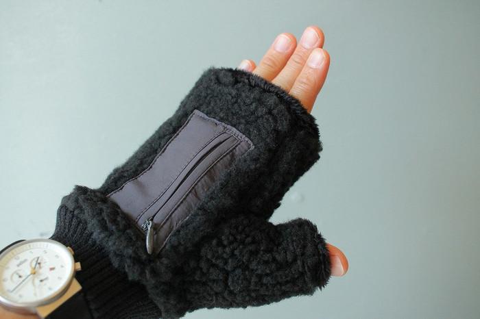 モコモコのボアグローブは手袋に何かと不便を感じている人にぴったりのデザイン。自転車やスマホの操作もストレスなく、暖かいままできます。手の甲にある小さなポケットがアクセント。