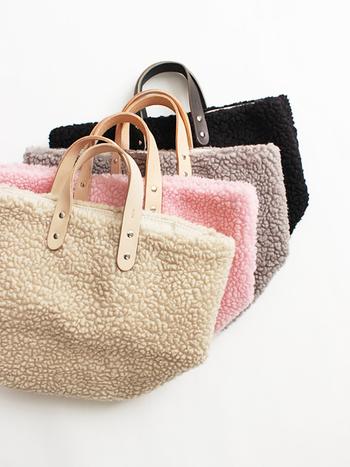 モコモコとした質感が可愛らしいボアのバッグ。持ち手はレザーで出来ていてちょっと上品です。カジュアルな服装にも合わせやすく、ちょっとしたお出かけに便利そう。