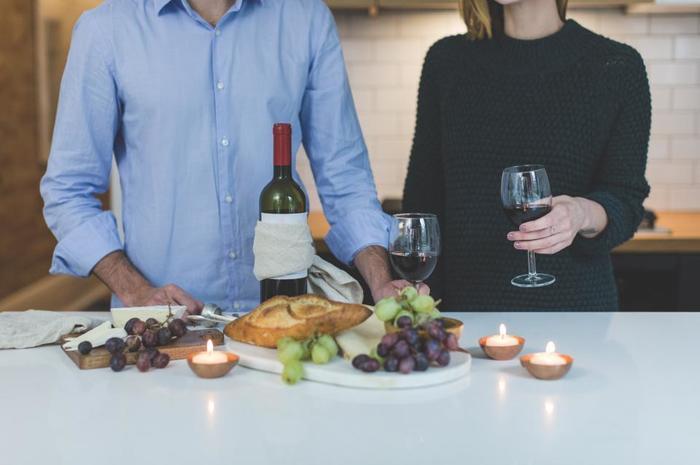 フランスでは、子どもに先に晩ご飯を食べさせたらあとはゆっくり夫婦の時間。美味しいお酒とおつまみで、ゆっくり家呑みも良いですね。