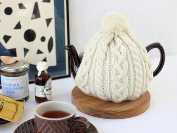 冬になったらポットにも毛糸のカバーを着せて、おめかししてあげましょう。見た目がほっこりあたたかいだけでなく、お茶が冷めにくくなるメリットも◎使うのが嬉しくなってしまう可愛さ♪