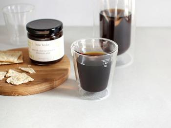 PUEBCO(プエブコ)のDOUBLE WALL CUPは、シンプルなフォルムながら、二重構造になっているので、中の飲み物の見え方がユニークですね。耐熱ガラスのコップなのでホットコーヒーを入れても。