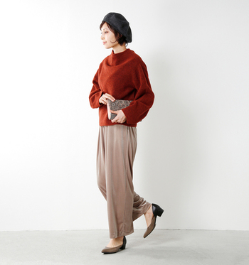 ローゲージニットのセーターはボリュームが出るので、気取らないカジュアルコーデが作れます。ワイドパンツと合わせれば、ゆるっとしたラフさが引き立ちます。