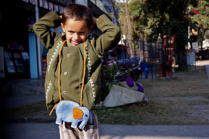そんな雄大な自然に恵まれたポカラの青空をイメージしたハンドメイド雑貨を取り扱っているNILO。特に人気があるのは、ネパールの女性が心を込めてハンドメイドで作る愛嬌たっぷりの表情をしているアニマルポーチです。