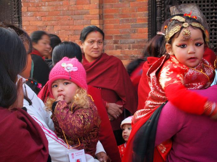 そこでNILOは、ネパールの長く受け継がれて来た手仕事の文化を背景に、ネパールの女性たちの経済的な自立を目指すグループと仕事をしています。