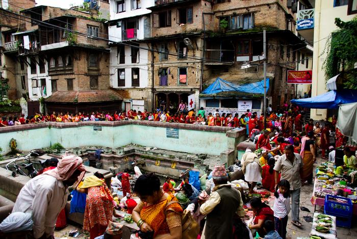2500年以上前、国の西の端でお釈迦様がお生まれになった国でもあるネパールでは、多彩な文化を持つ、いくつもの民族が暮らしています。例えばヒマラヤ山脈の高峰で暮らしているシェルパ族と呼ばれる人々は高度な自然の知識を身につけており、ネワール族と呼ばれる人々は繊細な手工芸技術を持っています。他にも自らをお釈迦様の末裔と信じているシャカ族と呼ばれる人々は、現在でも最古の仏教の教えを守っています。