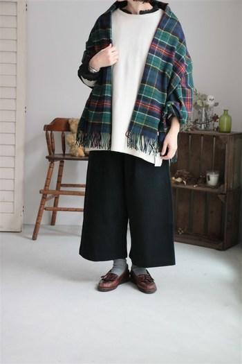 スコットランドのブランド「JOHN SCOTT」のストールは、適度な厚みが暖かさを約束してくれるストール。ウール100%のチェック柄は秋冬に特に取り入れたいデザインですね。