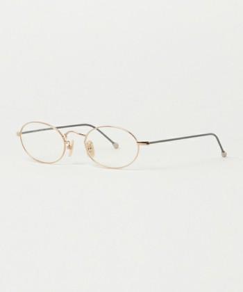 四角いお顔の人がオーバルタイプの眼鏡をかけると、落ち着きのある優しさを演出することができます。オーソドックスなかたちなので、カラーや素材で遊んでみてもあまり違和感なくかけられます。