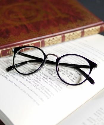 丸みを帯びた逆三角形のかたちが素敵なボストンタイプの眼鏡。四角いお顔の人がかけると知的な印象がアップします。