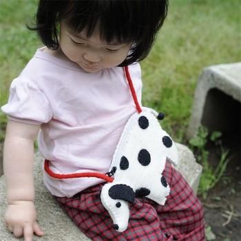 シンプルに白と黒のフェルトから作られているのに、柄と同じく丸い目と鼻がとっても可愛く、子供からも人気の高いダルメシアンのアニマルポーチ。