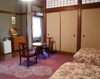 こちらはばらのお部屋。ばらのじゅうたんとばらのベッドカバーで統一された乙女な空間が広がっています。