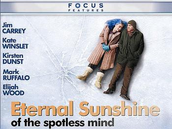【エターナル・サンシャイン】  2004年に公開されたジム・キャリーとケイト・ウィンスレットの主演映画「エターナル・サンシャイン」。ちょっぴり変わった設定のラブストーリーですが、アメリカの数々の映画誌で絶賛された恋愛映画の秀作です。ストーリーだけでなく、映像や音楽、主人公のファッションがおしゃれなのも魅力。寒い季節に何度も観たくなる切ないラブストーリーです。
