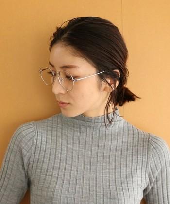 メタル系の眼鏡は華奢なイメージを作ってくれます。シルバーカラーをチョイスすると都会的でスタイリッシュに見えますね。