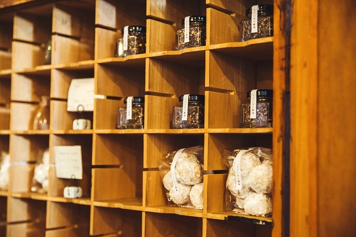 カウンターの横では、季節のジャムとクッキーも販売。どれもこだわりの食材でつくられています