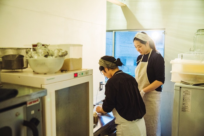 最近、パンの仕込みを手伝ってくれることになった東條さん。真剣に鈴木さんの動きを見つめます