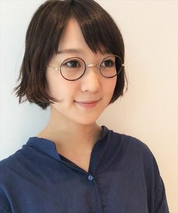 リムとテンプルでカラーが違うメタルフレームの眼鏡は、カジュアルなコーディネートをワンランクアップしてくれそうです。