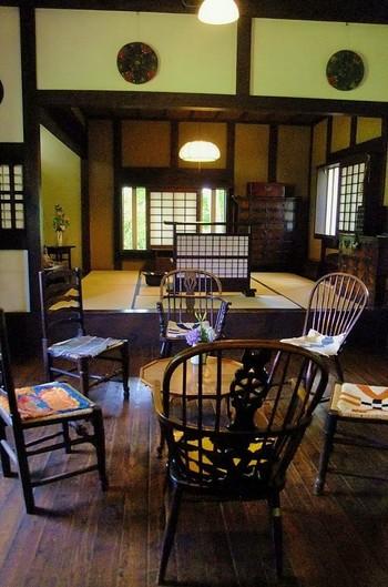 厖大な収蔵品のうち約800点を常設展示。1階(1号館)では、松本箪笥、行李(竹や柳、籐などを編んでつくられた収納かご)などを展示されています。 ミュージアムショップでは、展示品のレプリカが購入できます。
