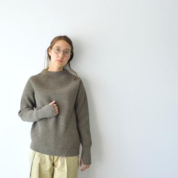 ゆったりしたシルエットと、流行に左右されないベーシックなデザインが魅力のクルーネックセーター。柔軟性と耐久性を兼ね備えたメリノウール100%素材で、厚手でありながらしなやかな着心地を実現しています。
