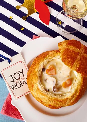 パンを器にした、クリスマスなどのイベントにもおすすめのシチューレシピ。シチューの味がパンに染み込んで、最後まで美味しくいただくことができます。