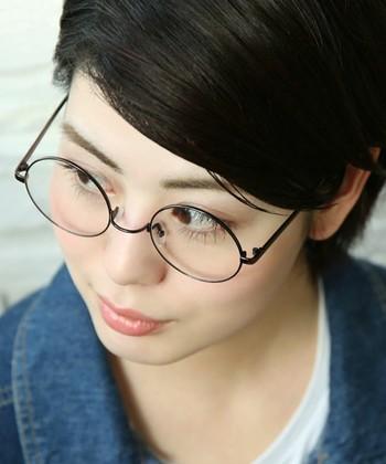 メタル系の眼鏡にはノーズパッドがついていることが多く、メイクした後の睫毛に触れないというところにも人気があります。
