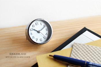 旅先の目覚まし時計には、スタンドが格納式のスタイルなど、スリムな時計を選ぶと良いでしょう。こちらのように、メタリックな質感でも統一感があると落ち着きますね。指ではさめるほど小さいので、宿泊先のどこでも好きな所にマイアラームをセットしてみて。
