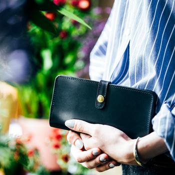 常に持ち歩き、貴重品のひとつでもあるお財布は、その人の趣味嗜好をわかりやすく表現しているアイテム。 〈グレンロイヤル〉定番の長財布は上品なデザインで、服装や場所を選ばす、どんなシーンでも違和感なく使えます。男女問わないユニセックスな雰囲気は、媚びていない印象が好感度。