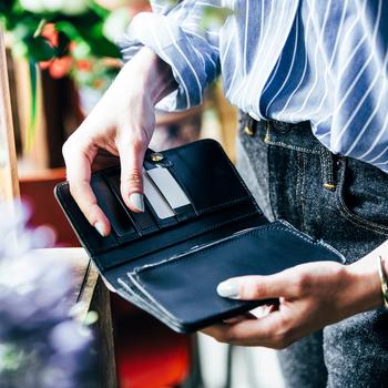 佇まいだけではなく、すぐれた機能性も愛用したくなる理由。たっぷりの収納力にプラスして、フラップベルトは調整が可能。カード類がかさばっても、すっきりとスタイリッシュに見せてくれます。コインポケットは小銭が取り出しやすい工夫もされており、レジなどでモタモタすることなくスマートにお会計ができそう。