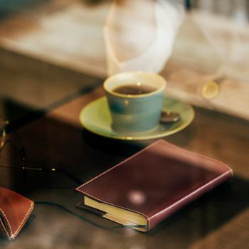 まずは気軽に〈グレンロイヤル〉を取り入れてみたい方にはブックカバーがおすすめ。 お気に入りのカフェで、上質なレザーを纏った文庫本を開くひとときは、いつもより少し格別なものに。普段あまり読書をしない方でも常に鞄に忍ばせておきたくなるようなアイテムなので、読書が新習慣になるかも。