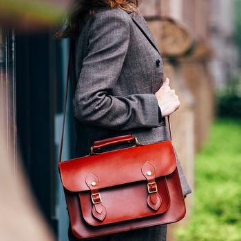 """コーディネートやシーンにとらわれず「いつも同じ鞄を持つ」というのも、スタイルへのこだわりが感じられること。そのためには素材や作りの良さはとても大事。 〈グレンロイヤル〉のサッチェルバッグのデザインは、イギリスの伝統的な""""学生鞄""""ですが、レザーの質が格段に良く、大人が長く愛用するものに相応しいクオリティ。 ほどよく小振りなサイズ感は女性らしさもさりげなく演出できます。"""