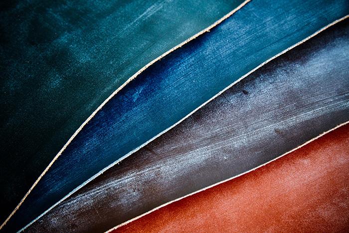 """「上質なレザー」とシンプルに表現していますが、グレンロイヤルが主な素材として使用しているのは『ブライドルレザー』と呼ばれる英国伝統の天然皮革。なめして仕上げるまでに数ヶ月を要するほど手間がかかると言われています。  ロウを染み込ませることで堅牢性を高め、長期間の使用にもタフ。そして、化学染料や顔料を含まない染料染めをしているため、使い込むほどに味わいが出る""""経年変化""""が楽しめるのも大きな魅力です。"""