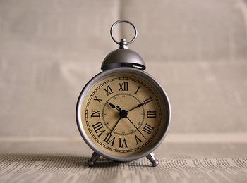 目覚まし時計は種類豊富!時計の文字盤の表示も、数字やアラビア数字、数字なしなど、さまざまです。ぱっと見た時の印象も参考に、デザイン性の違いにも注目して選んでみましょう。