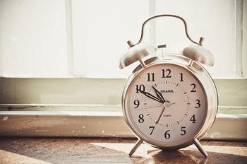 目覚まし時計一つでは、なかなか起きられないという人も多いのではないでしょうか。そんな時には、お気に入りを複数並べてみるのも良いですね。気分に合わせて、毎日目覚まし時計を変える、なんて使い方も♪ぜひ楽しみながら素敵な朝を迎えてください。