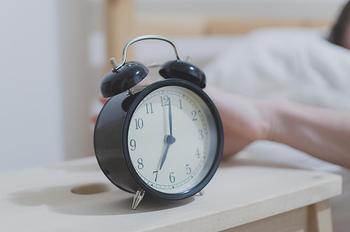 寒い冬の朝は、いつまでも布団から出たくないですよね。「でも起きなければいけない」、そんなけじめの朝には、お気に入りの目覚まし時計を活用してみてください。「今日も頑張ろう!」というポジティブな気分に導いてくれるような、気持ちよくスッキリ起きられる時計を選べば、毎日がきっともっと充実して楽しくなるはずです♪