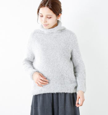 秋冬には必需品のぬくぬくセーター。アルパカの厳選した原毛のみを使用した糸を採用しており、ハイネックの首回りもチクチクしない、柔らかい着心地です。角やリブの少ない丸みを残したシルエットが、女性らしい印象を与えてくれますね。