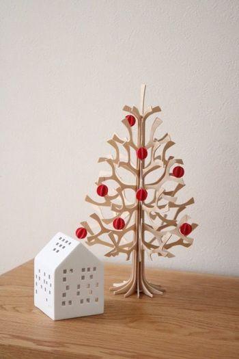 白樺でできた「Lovi(ロヴィ)」のクリスマスツリーは、ナチュラルな素材感がお部屋をあたたかい雰囲気に演出します。コロンと丸い形のオーナメントも可愛いですね。ケーラーのアーバニアと組み合わせたおしゃれなディスプレイは、北欧テイストのお部屋にぴったり。