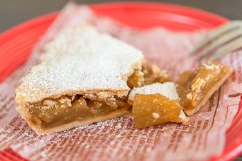 薄いタルトのようなパイ生地でリンゴをくるんだアップルパイは、アメリカのコーヒーショップやカフェで出てきそうなクラシックな味わい。ぎっしり詰まったリンゴがとても贅沢ですね。
