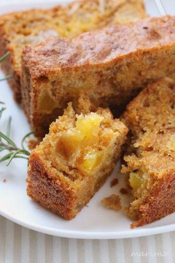 人参をたっぷり1本分使ったキャロットケーキは、砂糖の甘さより野菜の自然な甘さが引き立つ優しい味。こちらのレシピではドライパインの酸味がまた良いアクセントになっています。心にも体にも優しいキャロットケーキは子どものおやつにも最適ですよ。