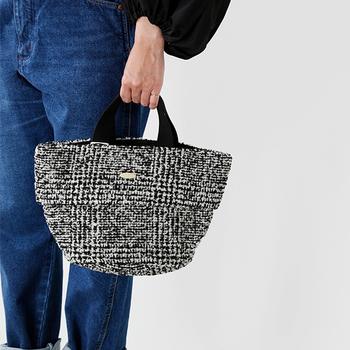 チェックツイードのハンドバッグはそれだけで季節感満載のアイテム。クラシカルな雰囲気も素敵です。