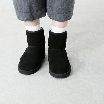 秋冬の足元の定番といえばブーツですよね。ムートンのブーツはモコモコとした質感が可愛らしいアイテム。ショート丈なら、色々な服に合わせやすい。