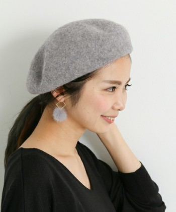 ウールのベレー帽は被るだけでこなれた秋冬のオシャレを作ってくれる優秀アイテム。優しい質感が暖かさを感じさせてくれます。